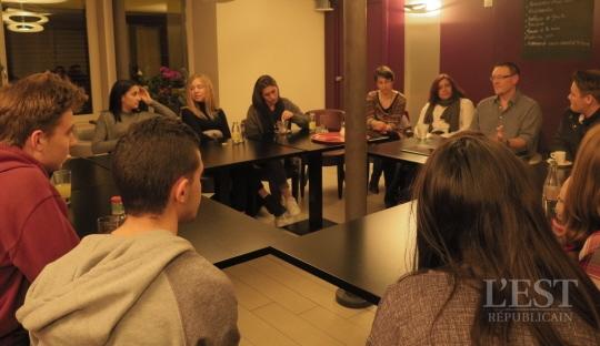Chaque mois, les élèves de Laurent Desplancques, anciens et nouveaux, se retrouvent lors d'un café-philo à Belfort. Photo ER